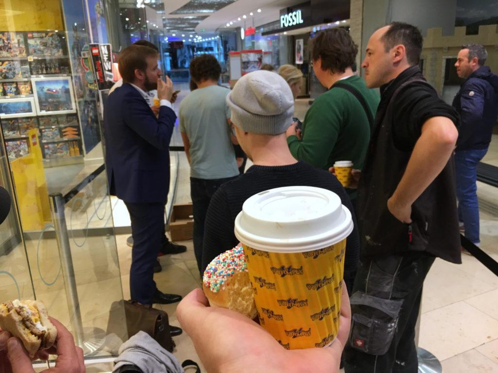 LEGO Star Wars 75192 UCS Millennium Falcon VIP Vorverkauf Donuts und Kaffee | © 2017 Brickzeit