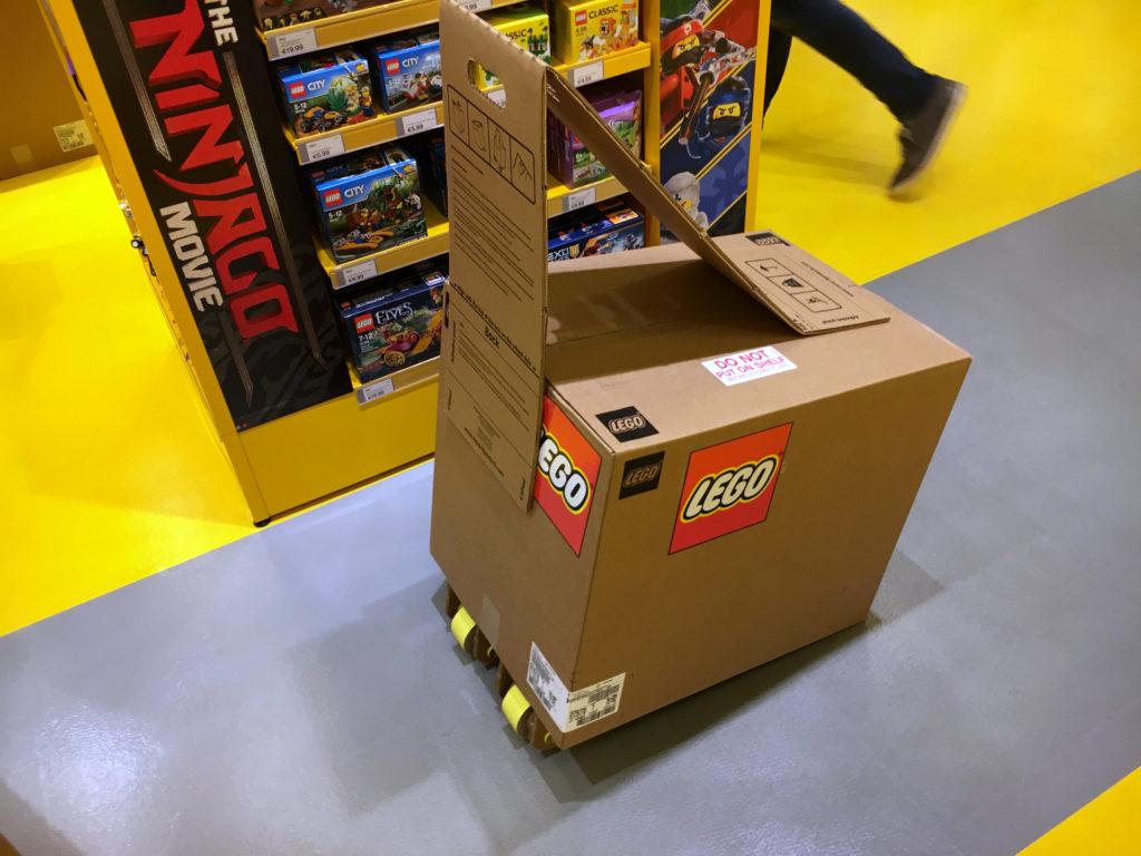 LEGO Star Wars 75192 UCS Millennium Falcon VIP Vorverkauf Karton auf Rollen | © 2017 Brickzeit