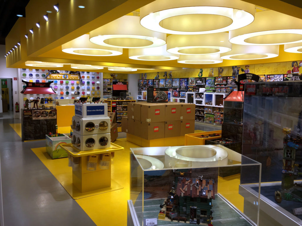 LEGO Star Wars 75192 UCS Millennium Falcon VIP Vorverkauf Kisten im Store | © 2017 Brickzeit