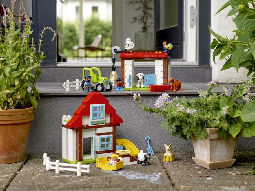 10869 LEGO® DUPLO® Ausflug auf den Bauernhof Produkt auf der Terrasse | © LEGO Gruppe