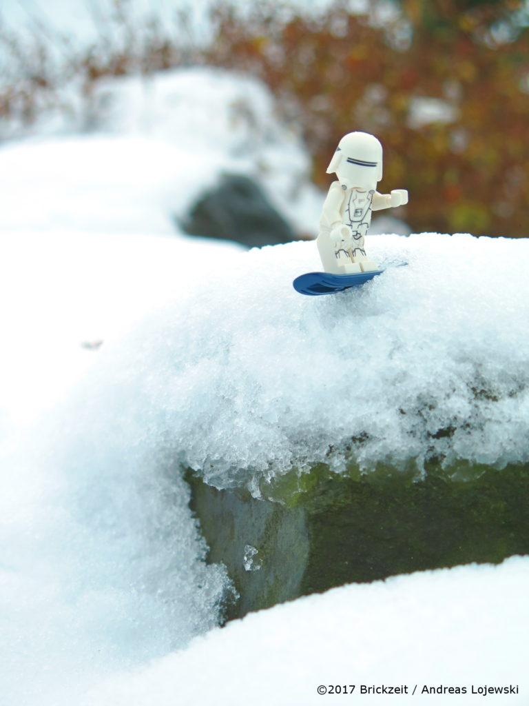 LEGO Fotografie Snowboarden First Order Snowtrooper Bild 03 | ©2017 Brickzeit