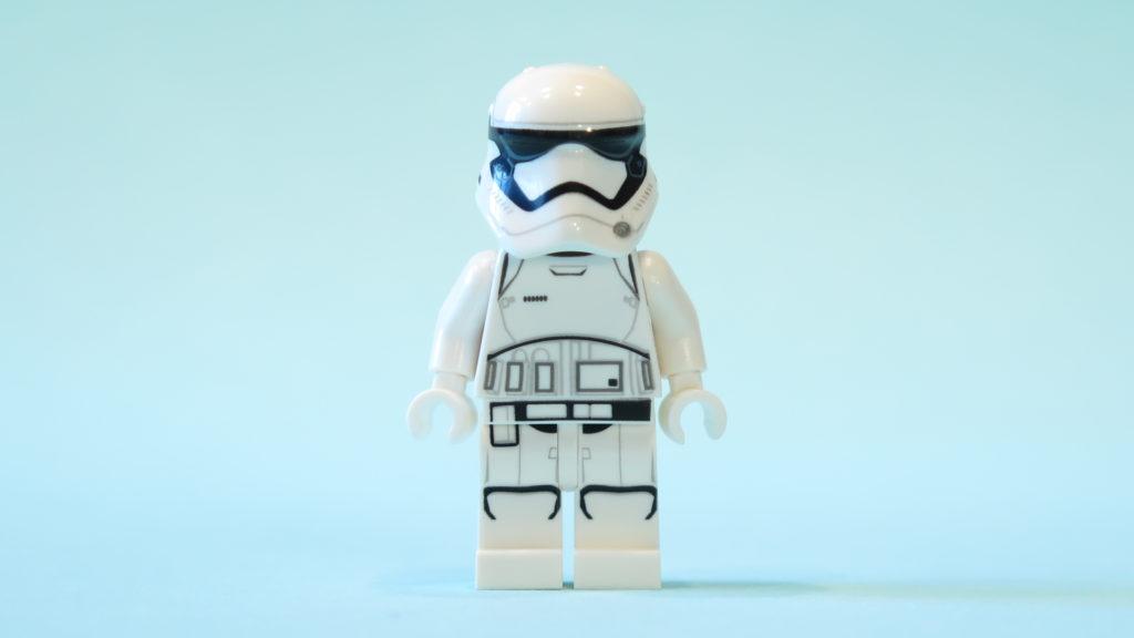 First Oder Stormtrooper aus Tür 7 vom LEGO® Star Wars™ Adventskalender 2017 | © 2017 Brickzeit
