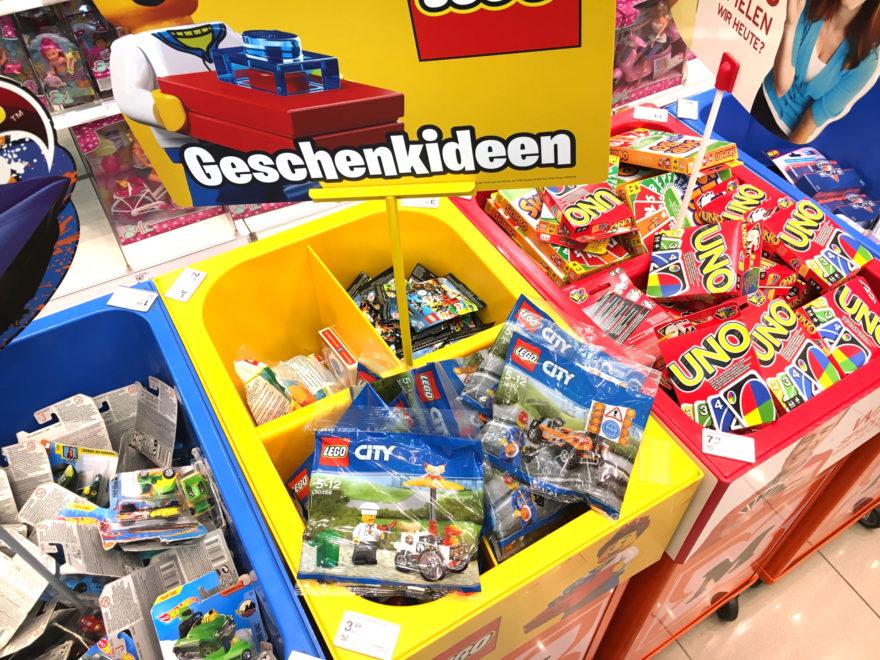 LEGO® City 30356 Hotdog-Wagen und LEGO® City 30357 Straßenarbeiter Polybags bei Müller | ©2018 Brickzeit