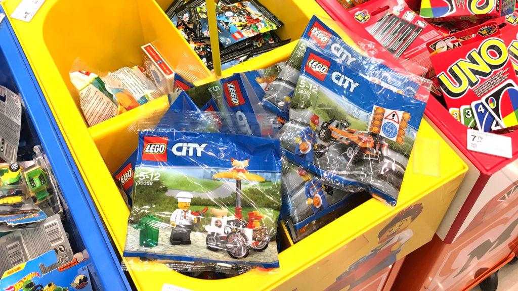 LEGO® City 30356 Hotdog-Wagen und LEGO® City 30357 Straßenarbeiter Polybags bei Müller größer | ©2018 Brickzeit