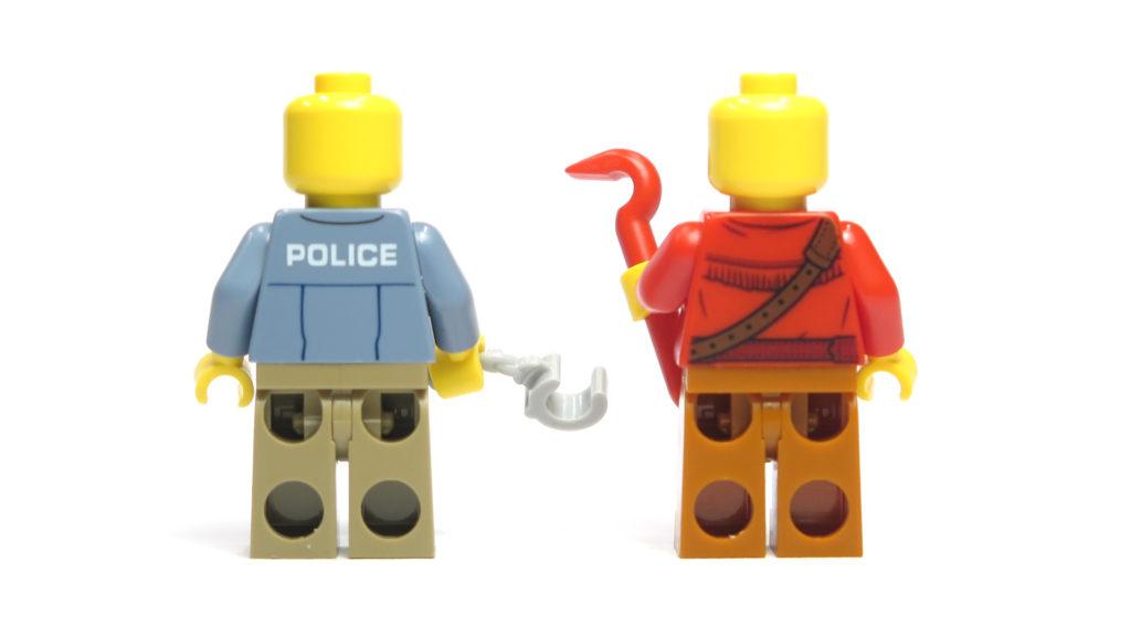 LEGO® City 60170 Offroad-Verfolgungsjagd - Rückseite Minifiguren | © 2018 Brickzeit