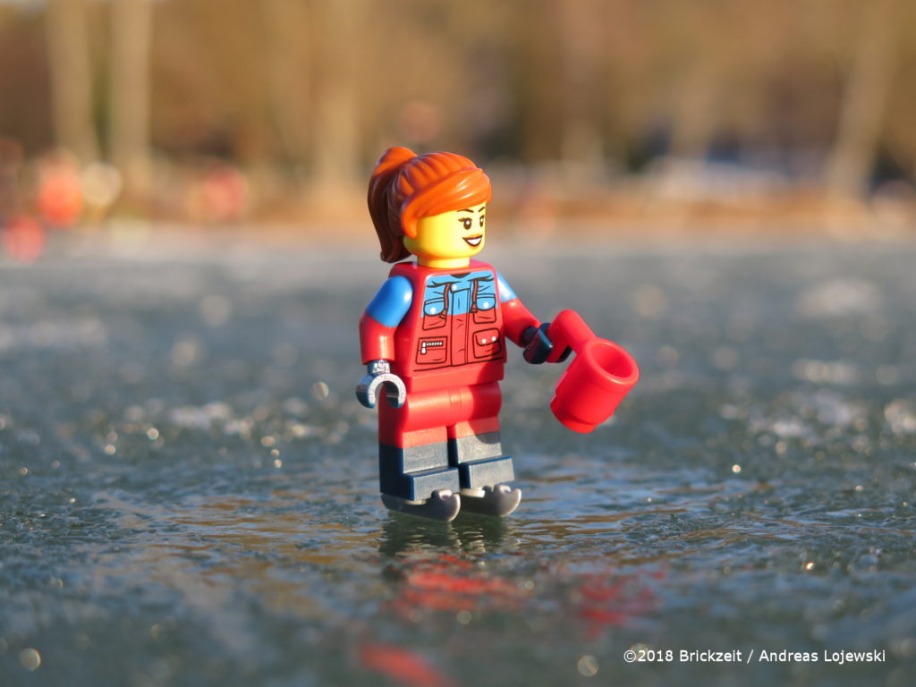 Bricks on Ice - Frau mit Schlittschuhen und Teetasse | ©2018 Brickzeit