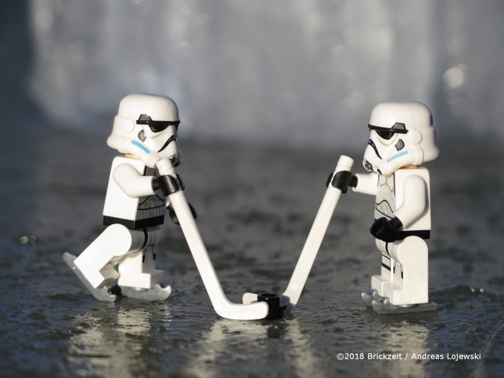 Bricks on Ice - Stormtrooper beim Eishockey | ©2018 Brickzeit