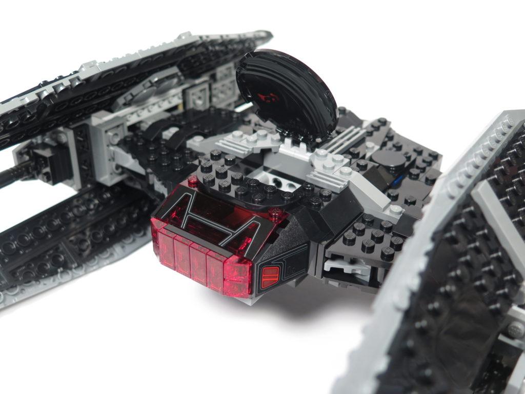 LEGO® Star Wars™ 75179 Kylo Ren's TIE Fighter - geöffnetes Cockpit | ©2018 Brickzeit