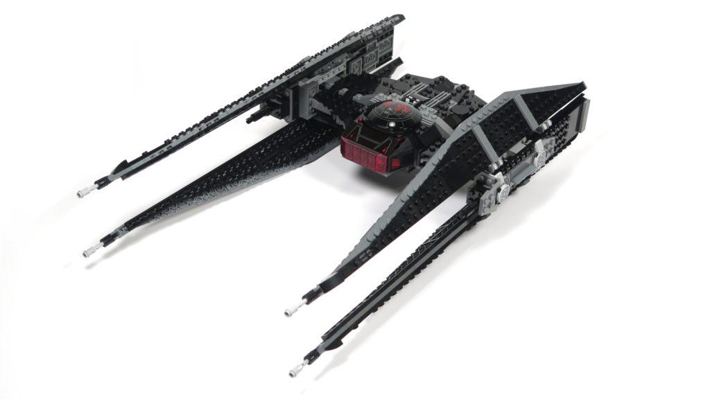 LEGO® Star Wars™ 75179 Kylo Ren's TIE Fighter - Bauabschnitt 5 & 6 - Vorderseite schräg | ©2018 Brickzeit
