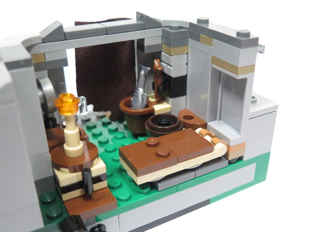 LEGO® Star Wars™ 75200 Ahch-To Island™ Training - Innen rechte Seite Bett | ©2018 Brickzeit