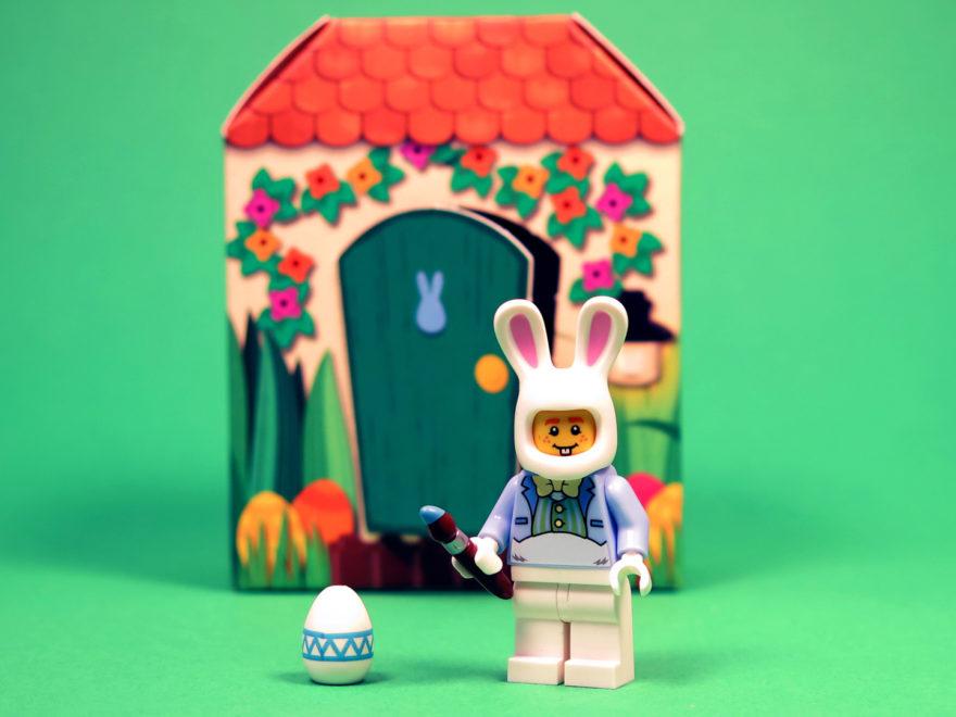 LEGO 5005249 Osterhasenhütte - Osterhase vor Hütte | ©2018 Brickzeit