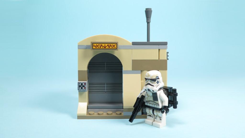 LEGO® Star Wars™ 75205 Mos Eisley Cantina™ - Bauabschnitt 2 - Eingang mit Sandtrooper | ©2018 Brickzeit