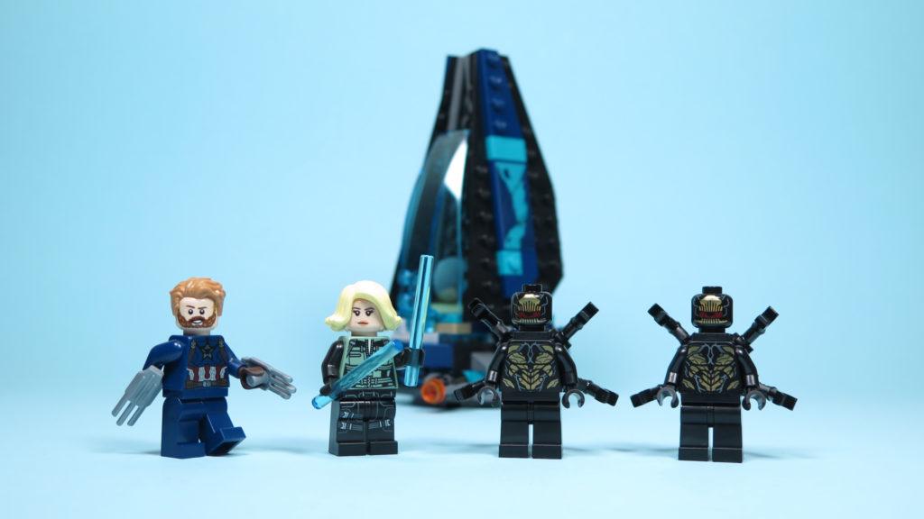 LEGO® Marvel Super Heroes 76101 Outrider Dropship-Attacke - Minifiguren vor Raumschiff | ©2018 Brickzeit
