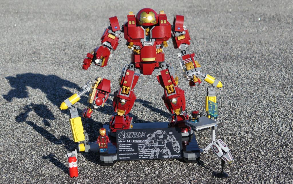 LEGO® Marvel Super Heroes - 76105 - Der Hulkbuster: Ultron Edition - das komplette Set im Freien | ©2018 Brickzeit