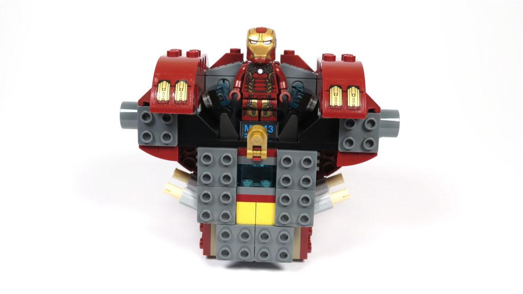 LEGO® Marvel Super Heroes - 76105 - Der Hulkbuster: Ultron Edition - Bauabschnitt 1 - Minifigur probiert schon mal das Cockpit | ©2018 Brickzeit