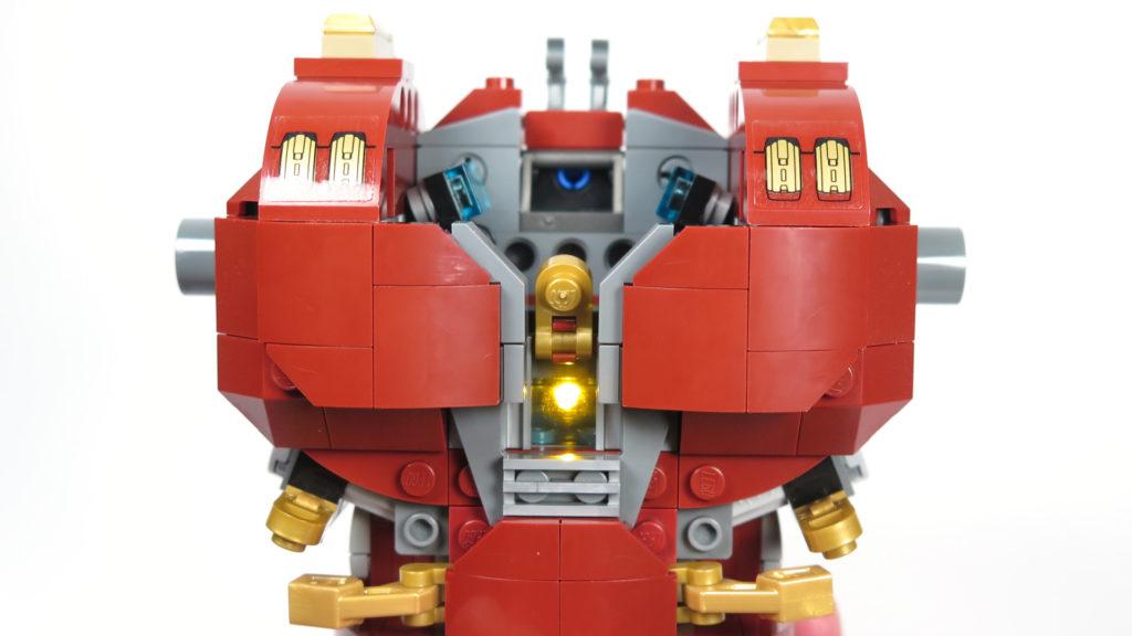 LEGO® Marvel Super Heroes - 76105 - Der Hulkbuster: Ultron Edition - Bauabschnitt 2 - Brustpanzer mit Arc-Reaktor | ©2018 Brickzeit