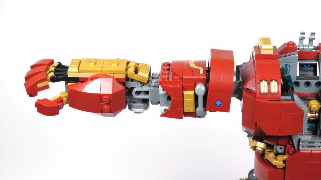 LEGO® Marvel Super Heroes - 76105 - Der Hulkbuster: Ultron Edition - Bauabschnitt 6 - rechter Arm montiert | ©2018 Brickzeit