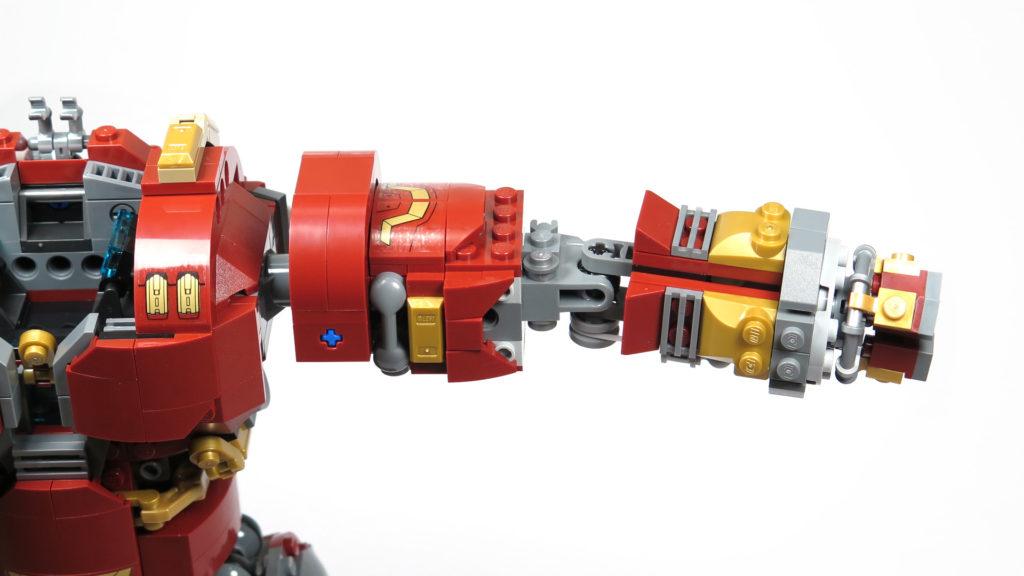 LEGO® Marvel Super Heroes - 76105 - Der Hulkbuster: Ultron Edition - Bauabschnitt 7 - linker Arm montiert | ©2018 Brickzeit