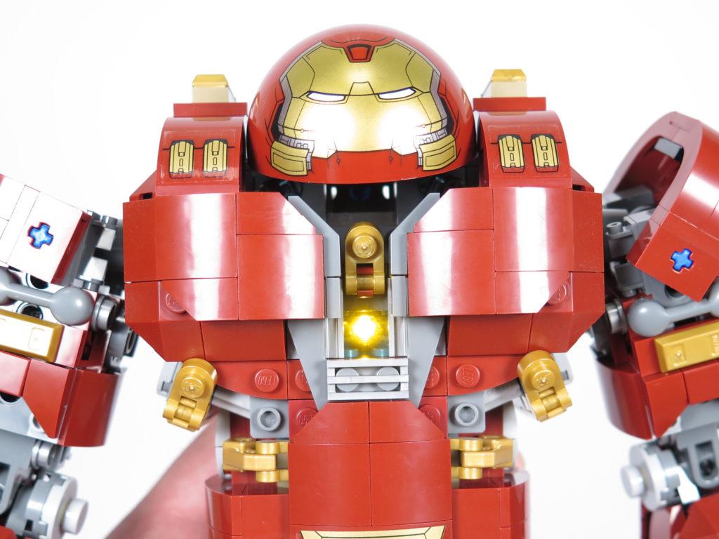 LEGO® Marvel Super Heroes - 76105 - Der Hulkbuster: Ultron Edition - Vorderseite mit Leuchtstein | ©2018 Brickzeit