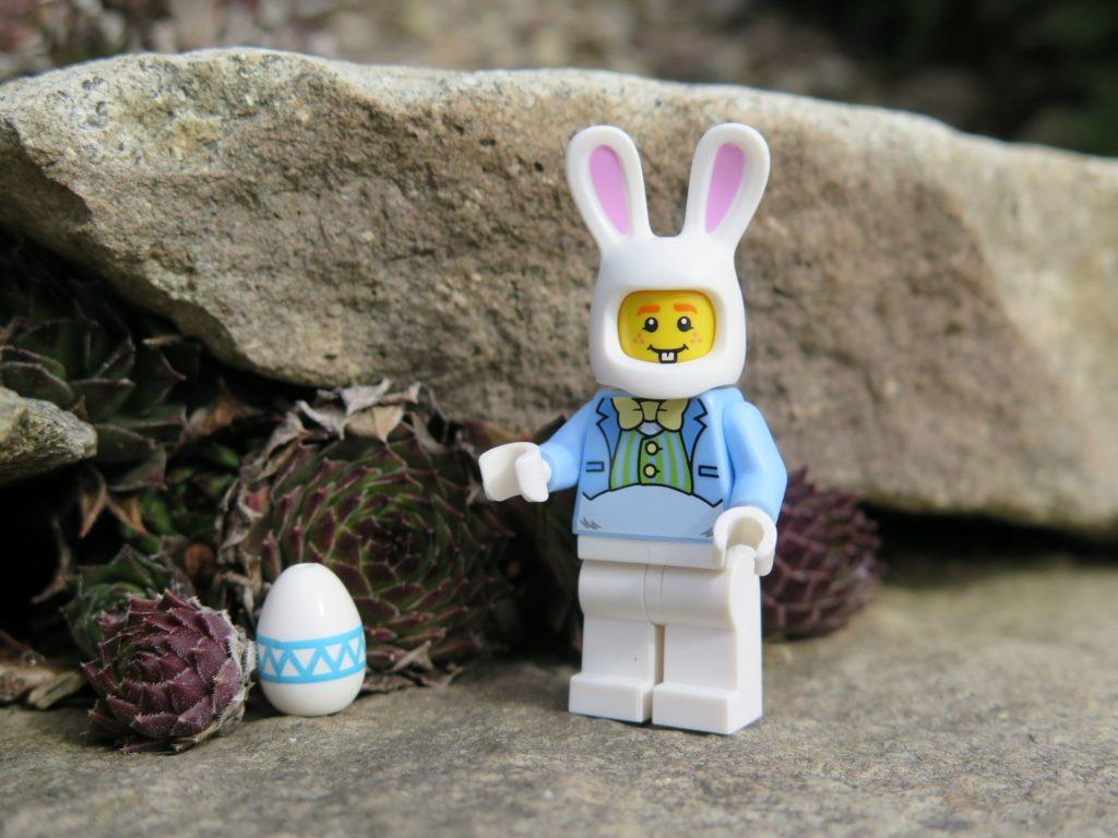 LEGO® Osterhase versteckt Osterei | ©2018 Brickzeit