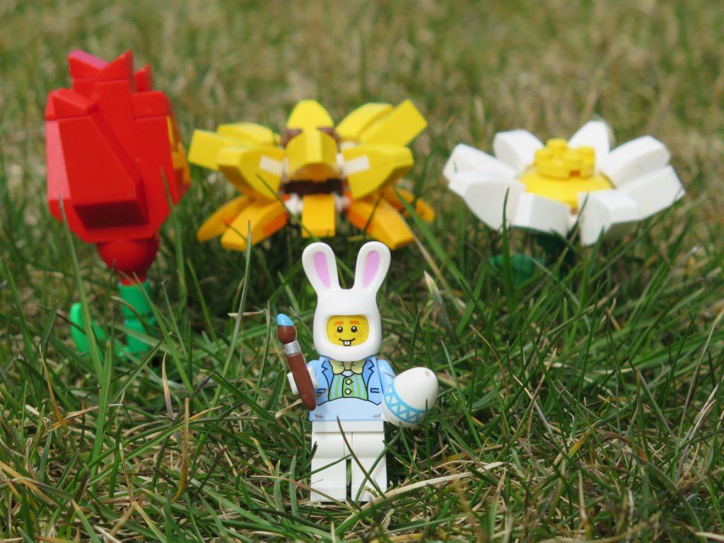 LEGO® Osterhase mit Blumen | ©2018 Brickzeit