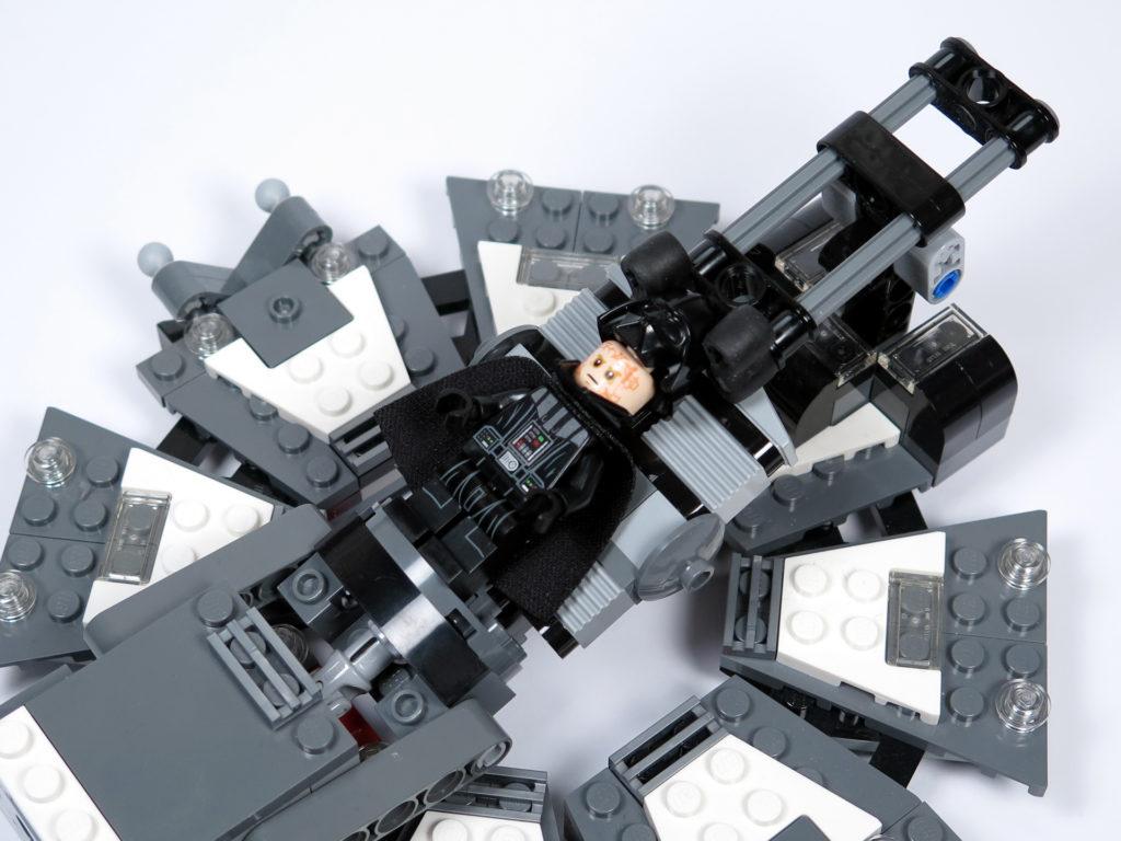 LEGO® Star Wars™ 75183 Darth Vader™ Transformation - Helm wird aufgesetzt | ©2018 Brickzeit