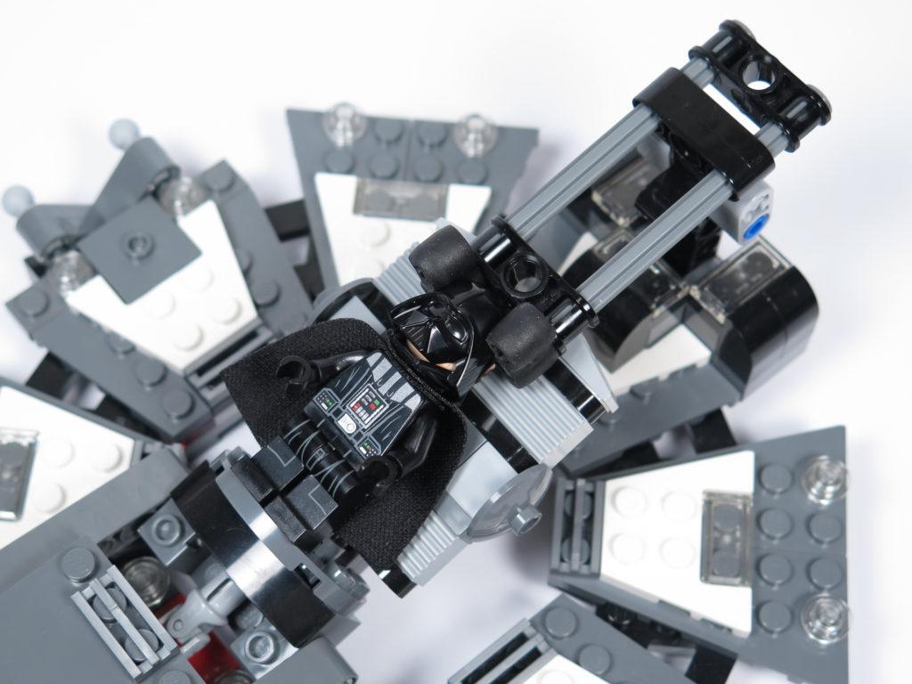 LEGO® Star Wars™ 75183 Darth Vader™ Transformation - Helm wird montiert | ©2018 Brickzeit