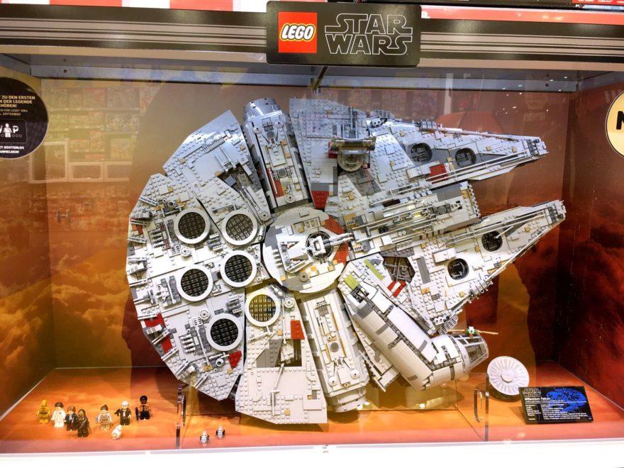 LEGO® Star Wars™ 75192 UCS Millennium Falcon™ im Schaukasten | ©2017 Brickzeit
