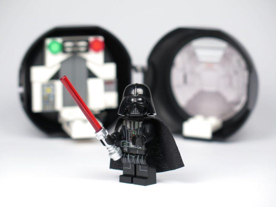 LEGO® Star Wars™ Darth Vader Pod (5005376) - Darth Vader vor Pod mit Helm | ©2018 Brickzeit