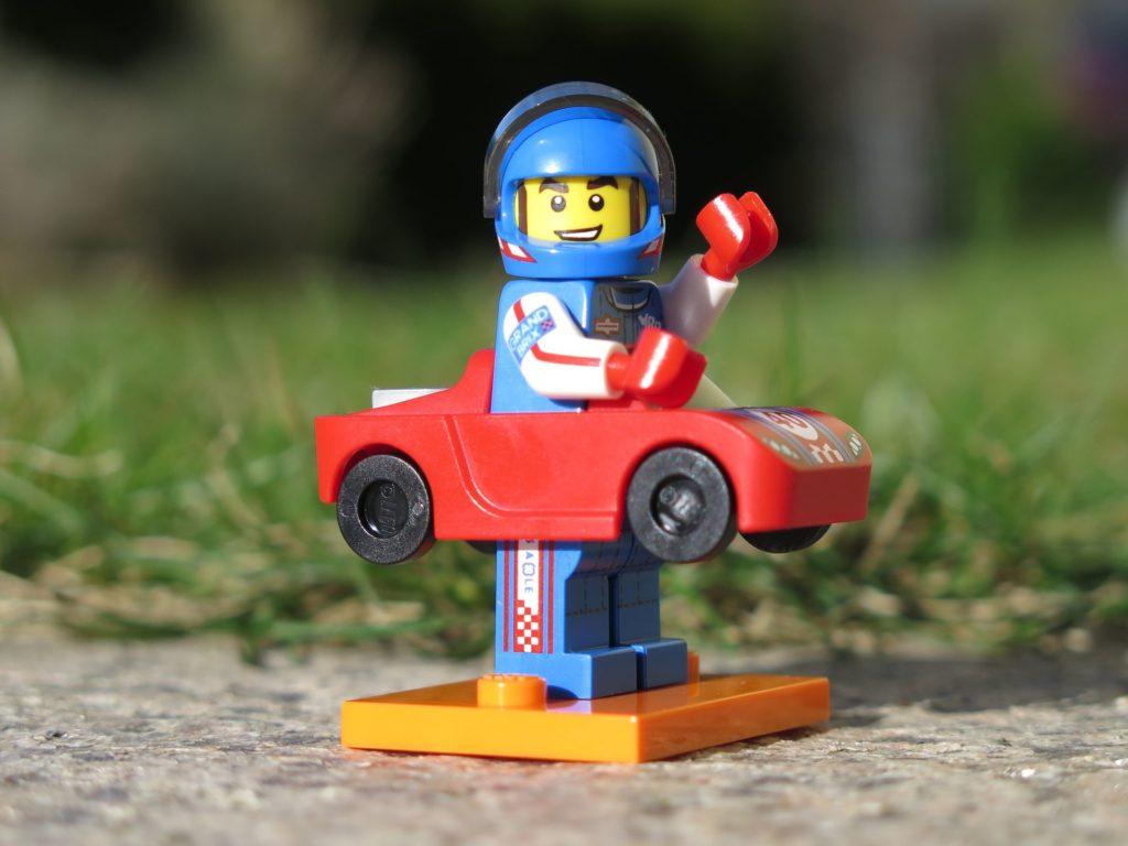 LEGO Minifiguren Serie 18 (71021) - Rennfahrer mit Sportcabrio unterwegs | ®2018 Brickzeit