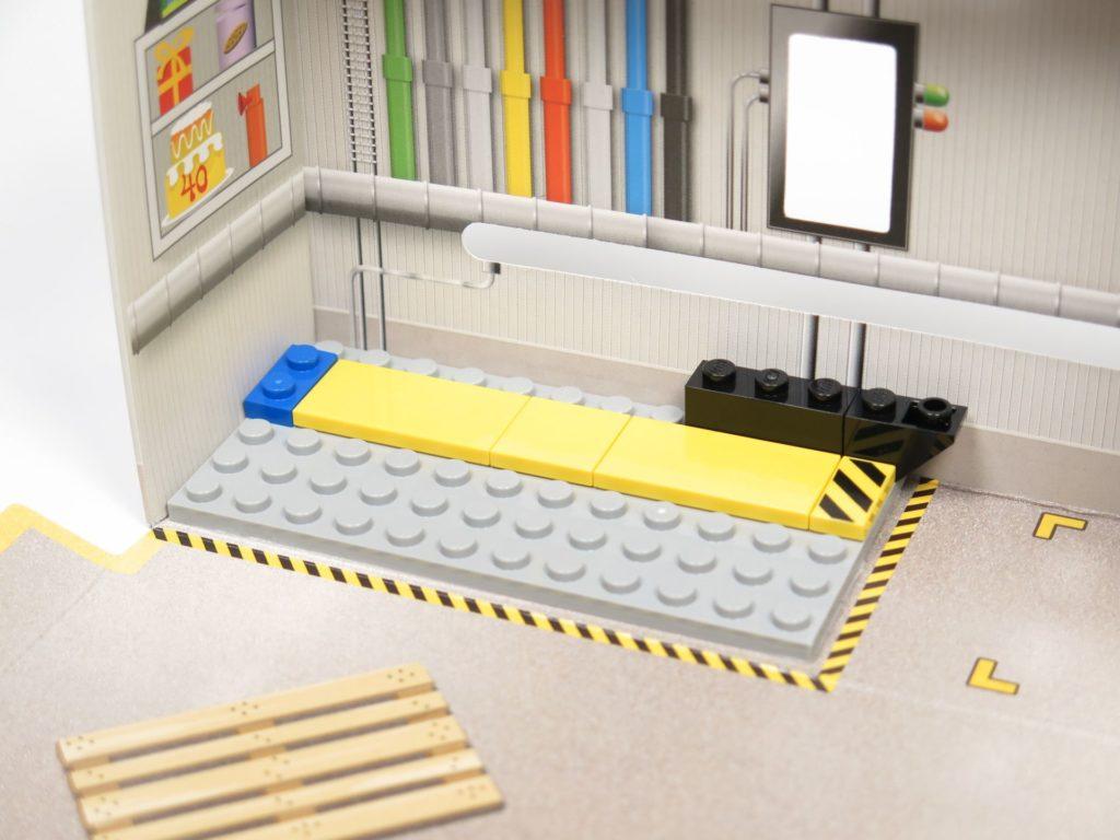 ®LEGO Minifigurenfabrik (5005358) - angeklebte Bodenplatte | ©2018 Brickzeit