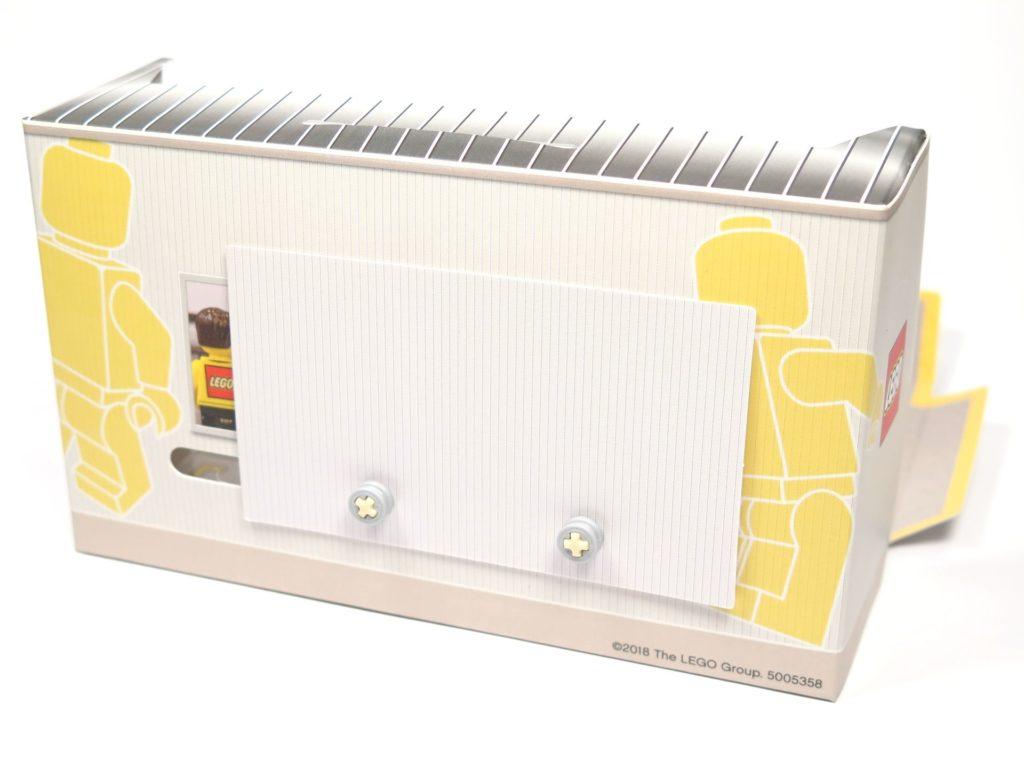 ®LEGO Minifigurenfabrik (5005358) - Karton Rückseite mit montierter Anzeige | ©2018 Brickzeit