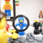®LEGO Minifigurenfabrik (5005358) - Lupe | ©2018 Brickzeit