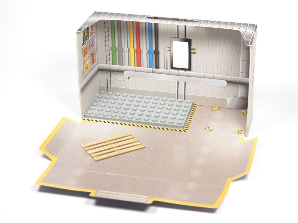 ®LEGO Minifigurenfabrik (5005358) - offener Karton ohne Inhalt | ©2018 Brickzeit