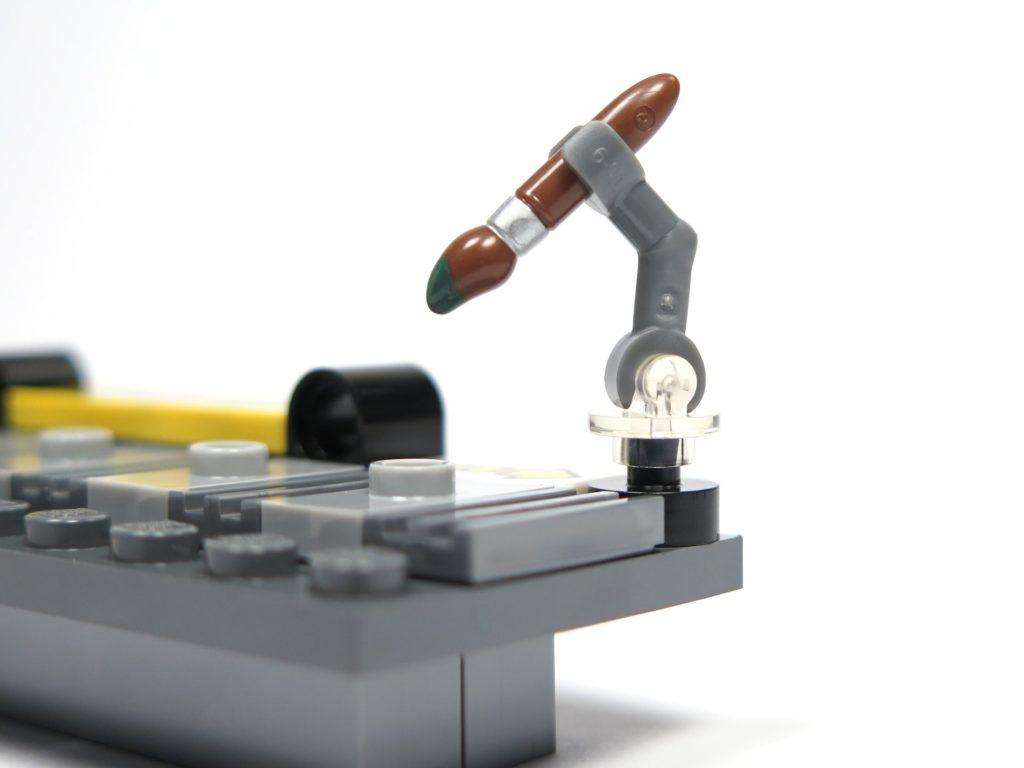 ®LEGO Minifigurenfabrik (5005358) - Pinsel am Halter | ©2018 Brickzeit