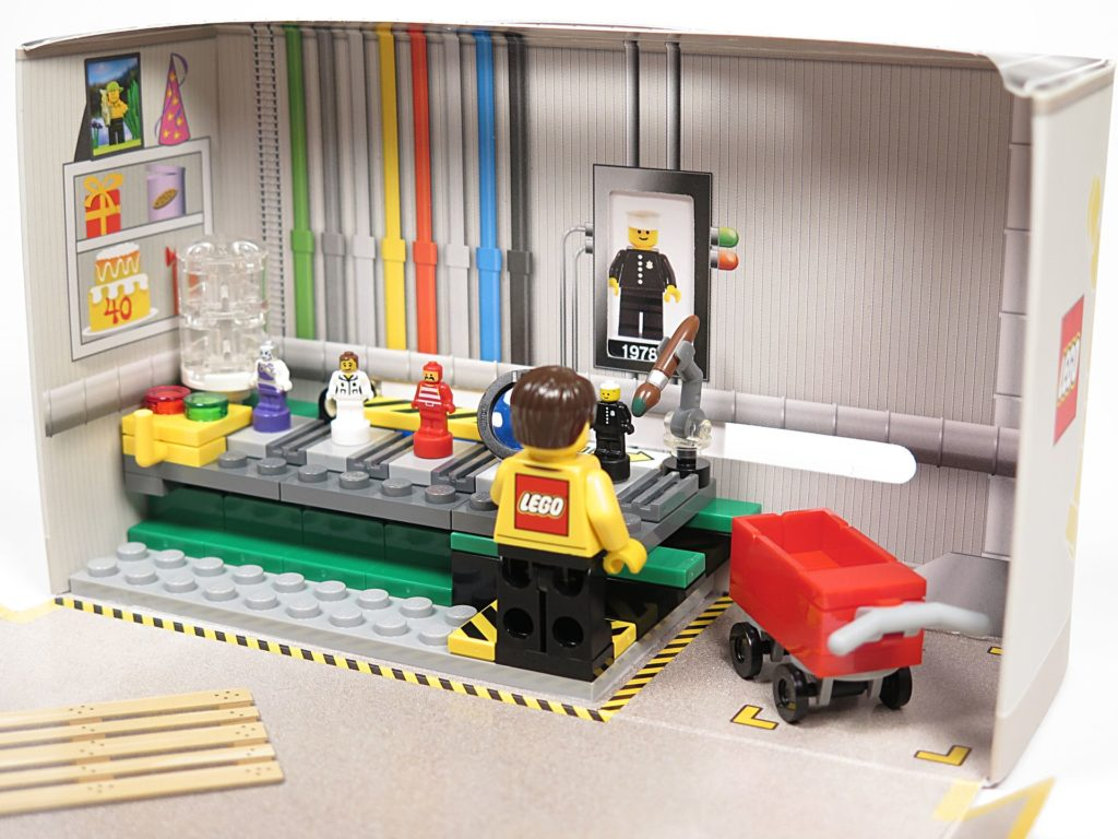 ®LEGO Minifigurenfabrik (5005358) - fertiges Set innen | ©2018 Brickzeit