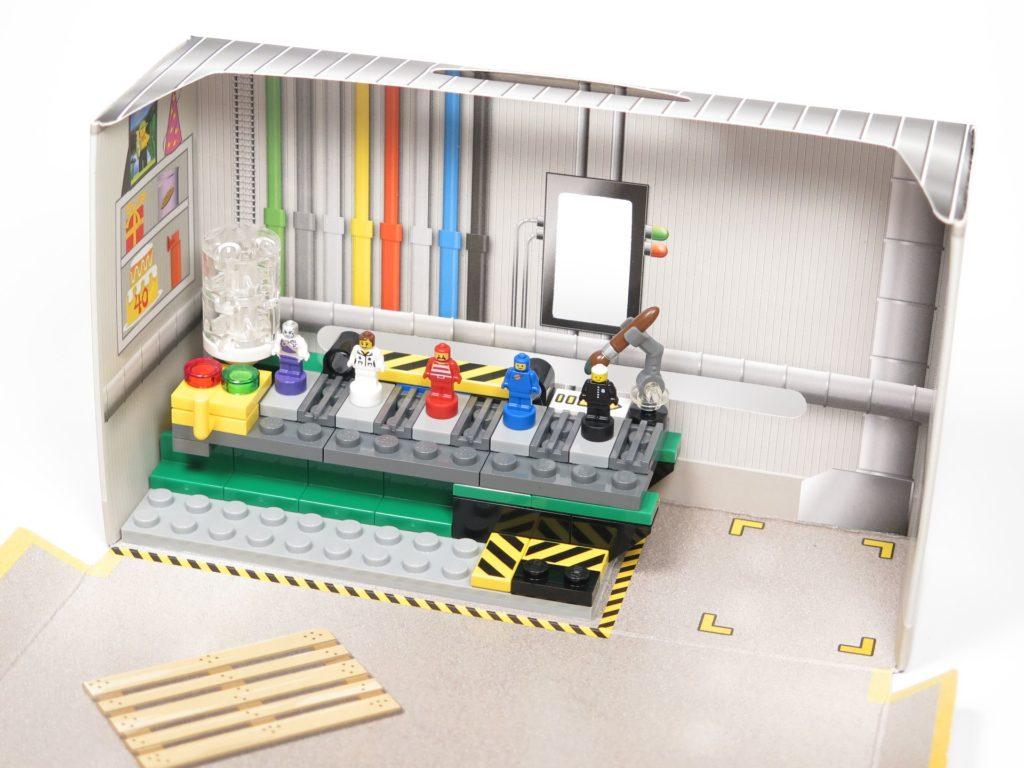 ®LEGO Minifigurenfabrik (5005358) - Werkbank Bild 1 | ©2018 Brickzeit