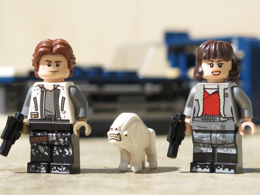 LEGO® Star Wars™ Han Solo's Landspeeder™ (75209) - Han Solo & Qi'ra & Correlian Hound vor Landspeeder | ©2018 Brickzeit