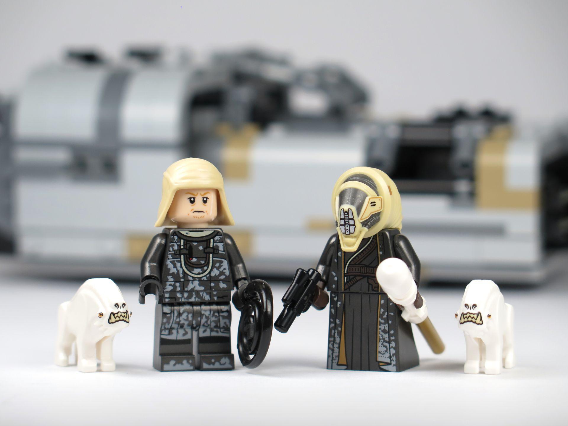 LEGO® Star Wars™ Moloch's Landspeeder™ (75210) - Minifiguren vor Landspeeder | ©2018 Brickzeit