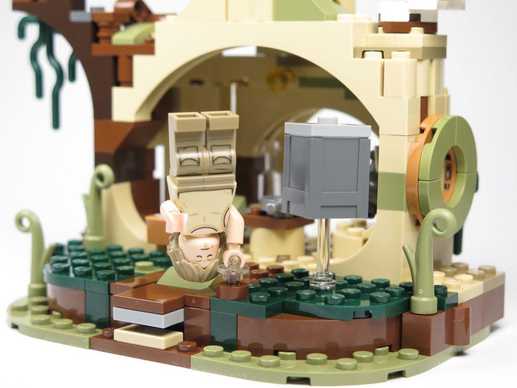 LEGO® Star Wars™ Yoda's Hütte (75208) - Luke im Handstand vor Hütte | ©2018 Brickzeit