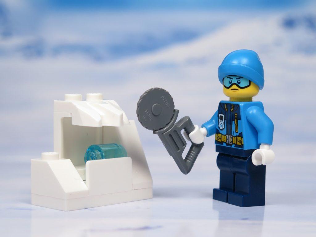 LEGO® City Arktis Eissäge - Minifigur mit Handsäge | ®2018 Brickzeit