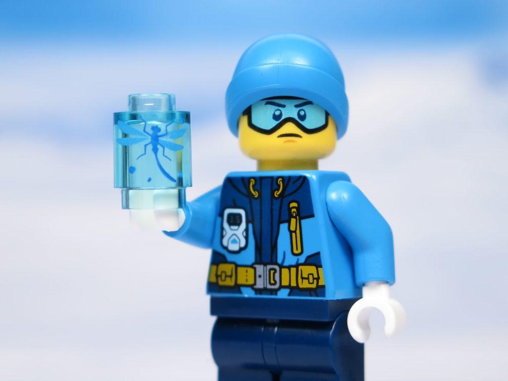 LEGO® City Arktis Eissäge - Minifigur mit eingefrorenem Insekt in der Hand | ®2018 Brickzeit
