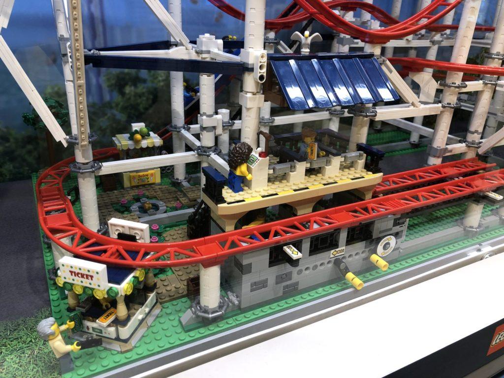 LEGO® Creator Expert Achterbahn (10261) - Wartebereich, Tickethäuschen und Funktionen | ©2018 Brickzeit