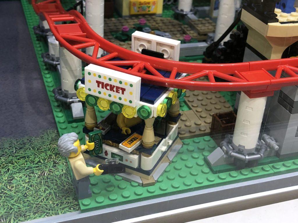 LEGO® Creator Expert Achterbahn (10261) - Tickethäuschen | ©2018 Brickzeit