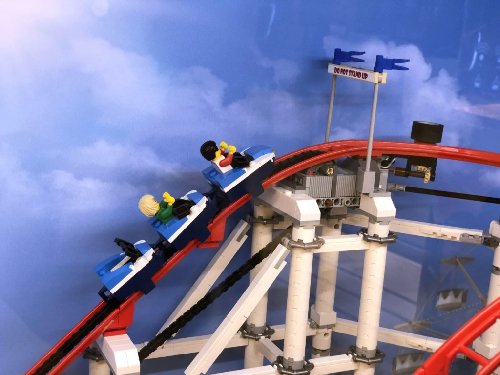 LEGO® Creator Expert Achterbahn (10261) - Wagen auf dem Weg nach oben | ©2018 Brickzeit