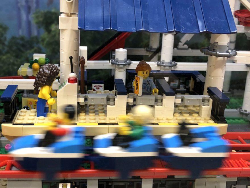 LEGO® Creator Expert Achterbahn (10261) - Wartebereich mit vorbeiflitzendem Wagon | ©2018 Brickzeit