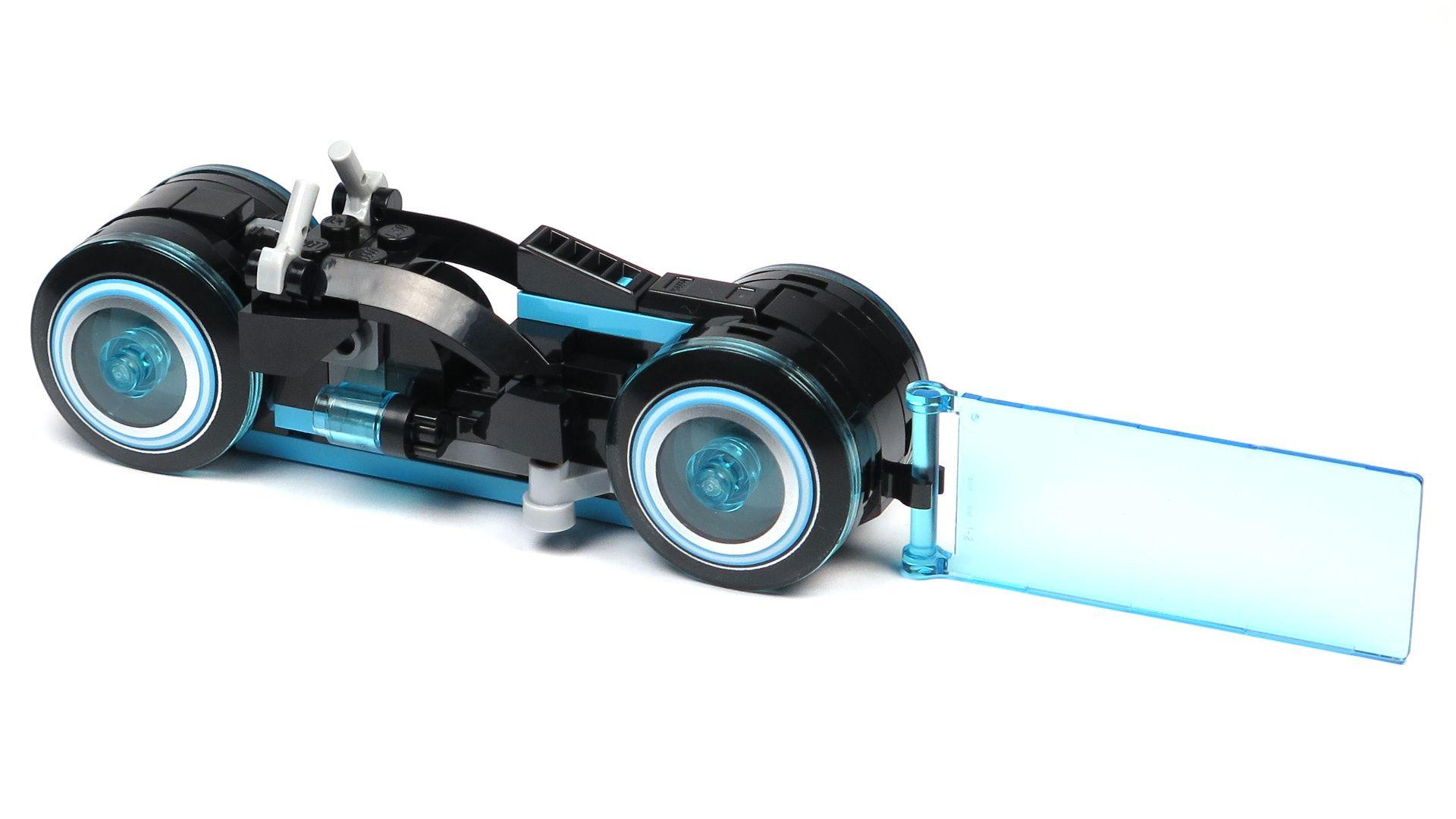 LEGO® Ideas TRON: Legacy (21314) - blauer Lichtrenner, Perspektive links hinten | ©2018 Brickzeit
