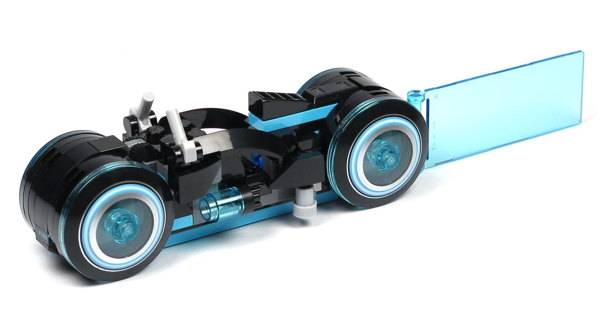 LEGO® Ideas TRON: Legacy (21314) - blauer Lichtrenner, Perspektive links vorne | ©2018 Brickzeit