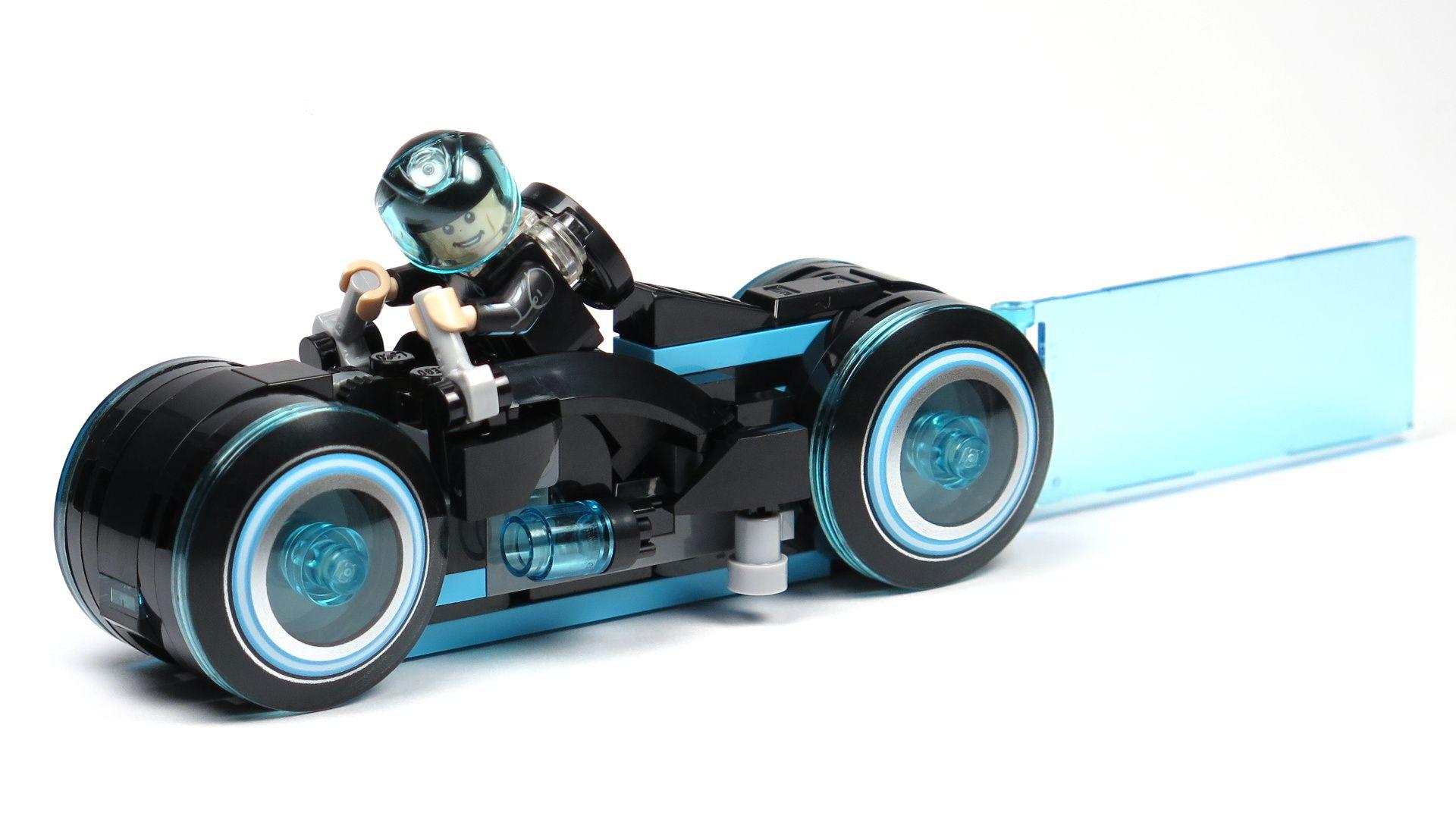LEGO® Ideas TRON: Legacy (21314) - Sam Flynn auf blauem Lichtrenner | ©2018 Brickzeit
