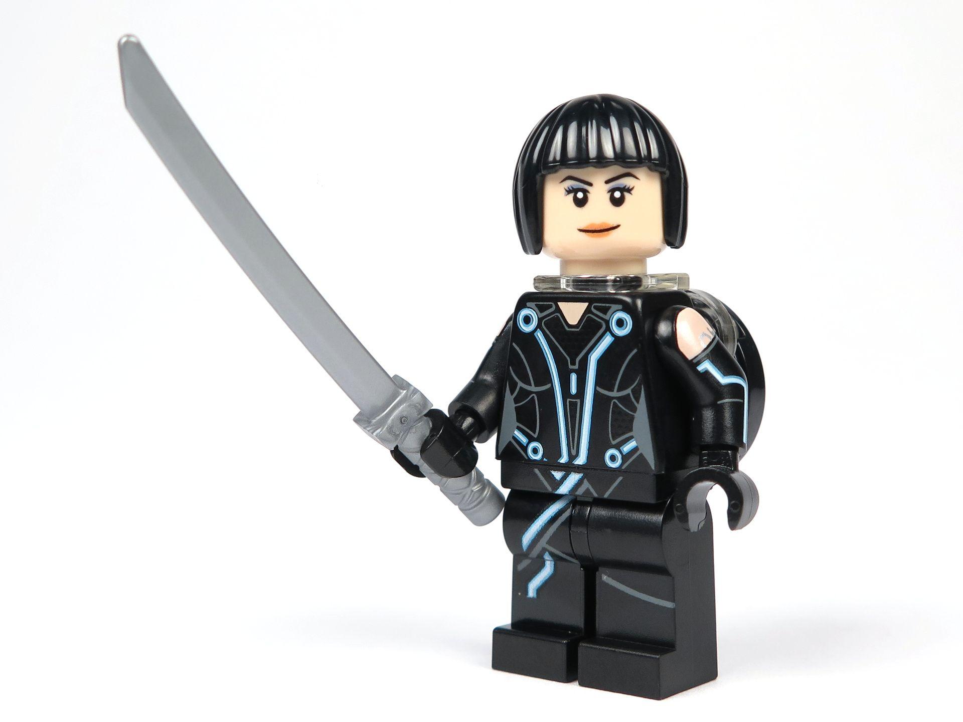 LEGO® Ideas TRON: Legacy (21314) - Quorra mit Haare und Disc, Perspektive | ©2018 Brickzeit